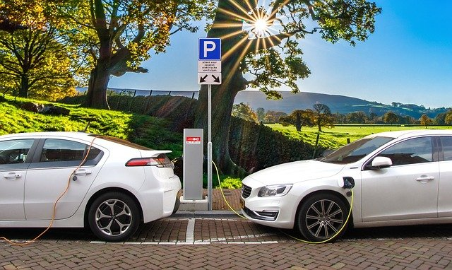 Electric-vehicle startups promise record growth in revenue